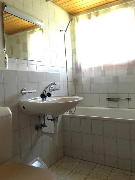 Badezimmer der Wohnung im 1. Stock