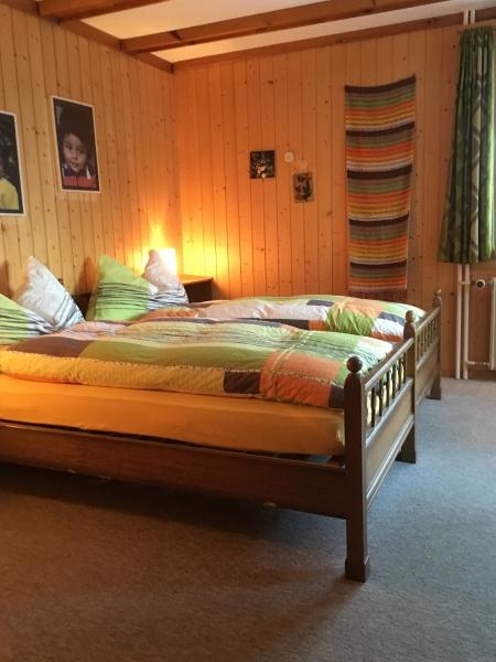 Schlafzimmer mit separater Douche/WC der Wohnung im 1. Stock