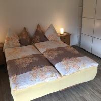Schlafzimmer mit geräumigen Schiebeschrank