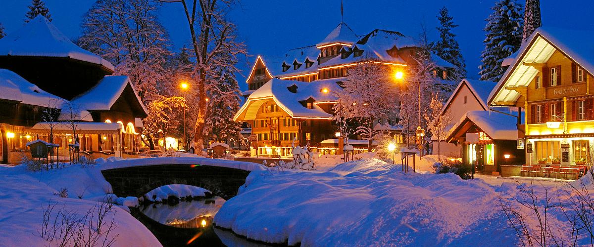 Das beleuchtete Dorfzentrum bei Nacht.